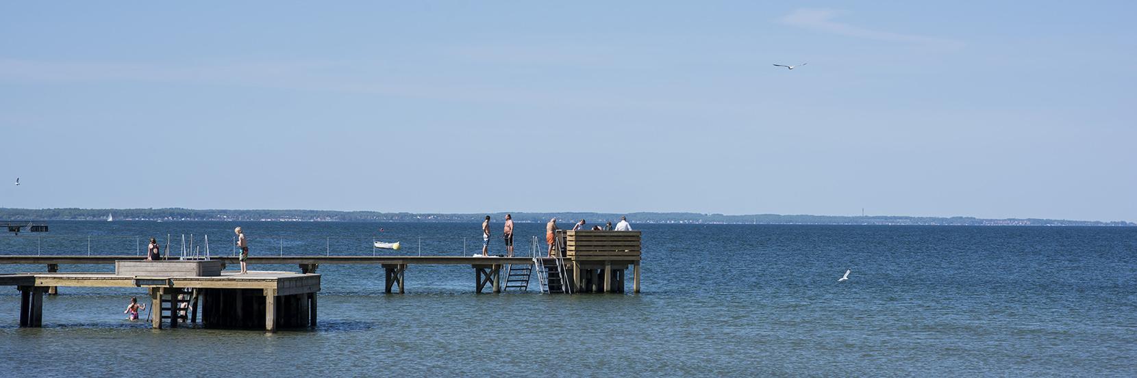 Sommer på Vedbæk Strand, hvor man kan bruge en badebro