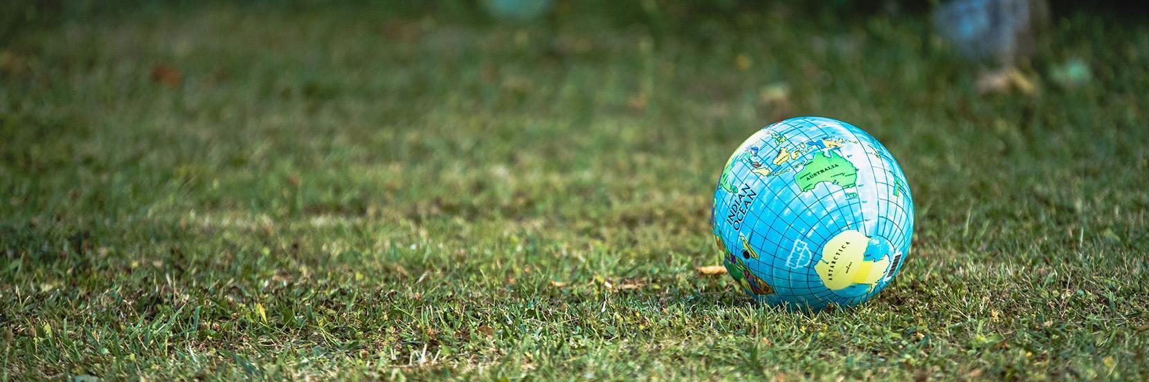 Verdensmål symboliseret ved lille globus på stor græsplæne