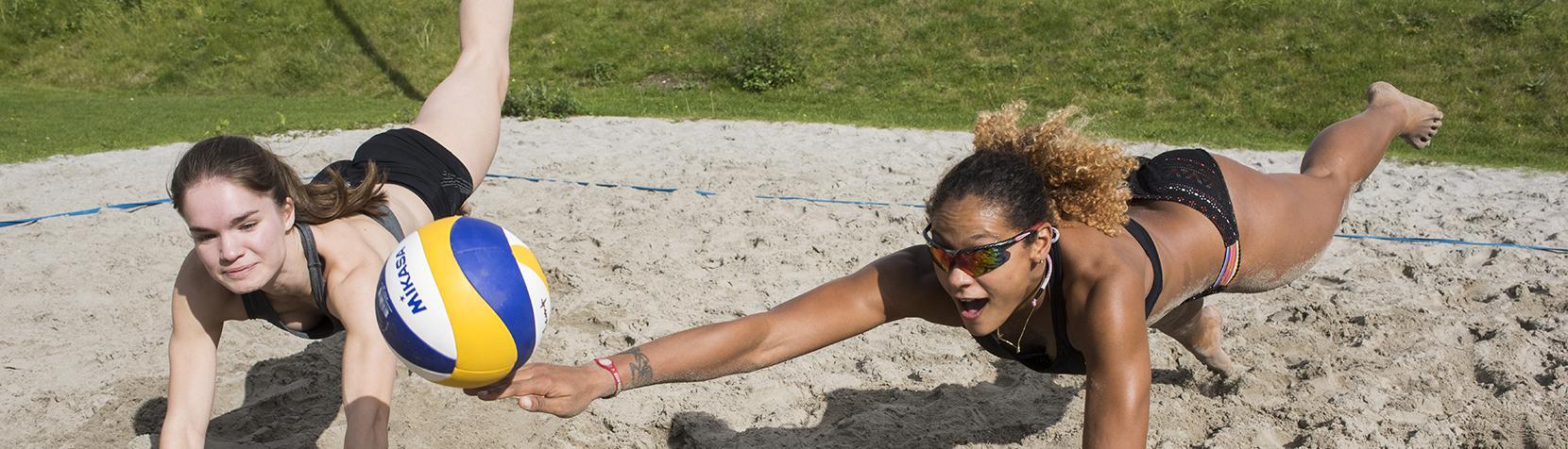Holte IF Volleyhold træner på beachvolley-banen ved Birkerød Idrætscenter
