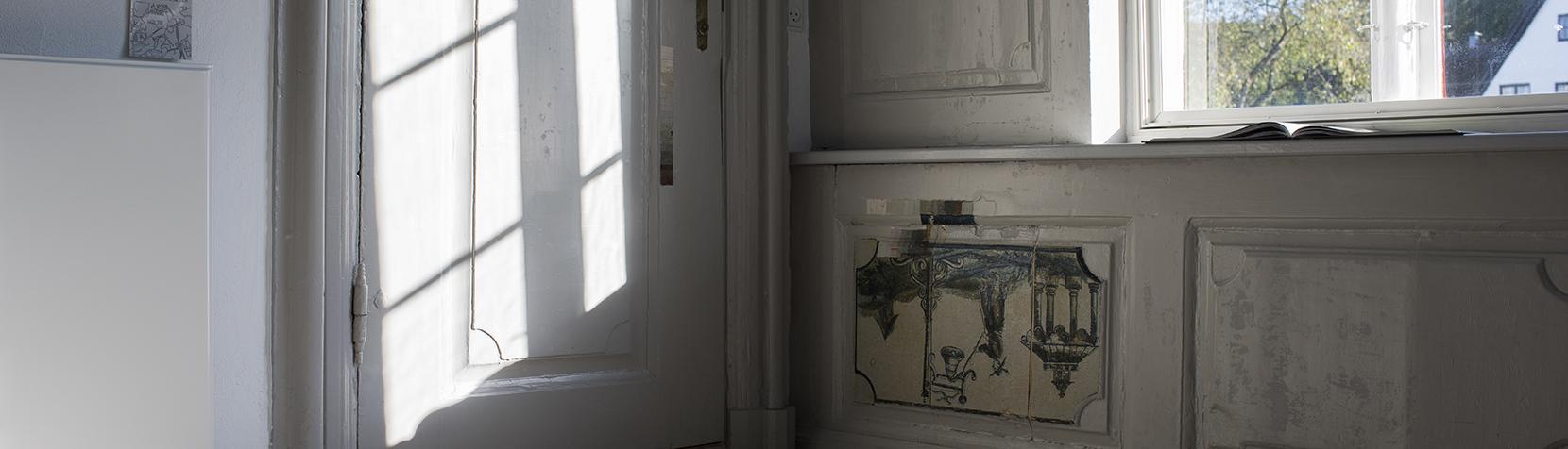 Lys falder ind af vinduet på Mothsgården