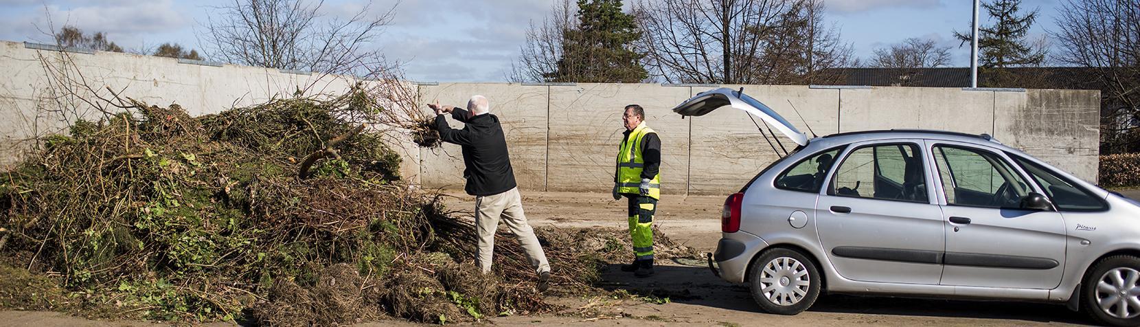 Aflevering af haveaffald på genbrugspladsen