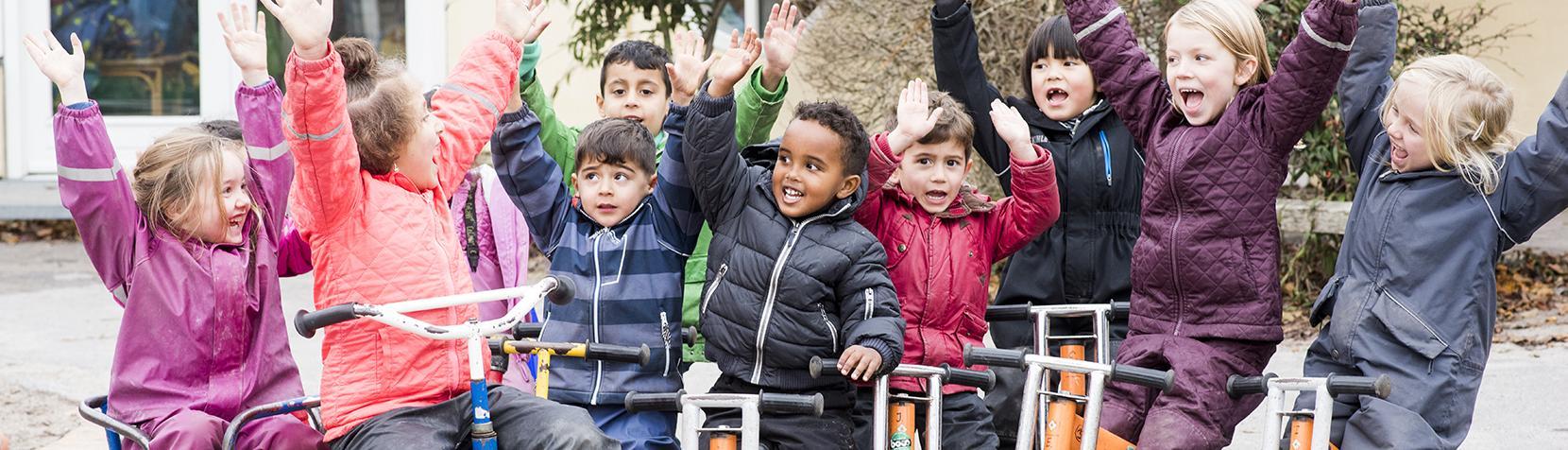 Børn på løbecykler