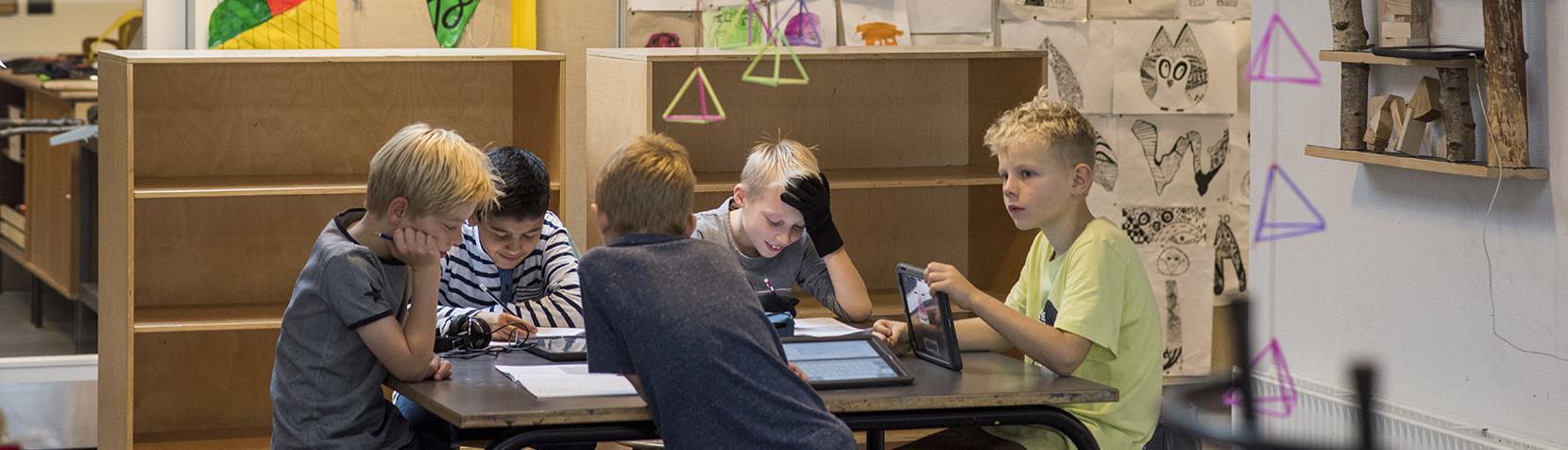 Skoledrenge arbejder
