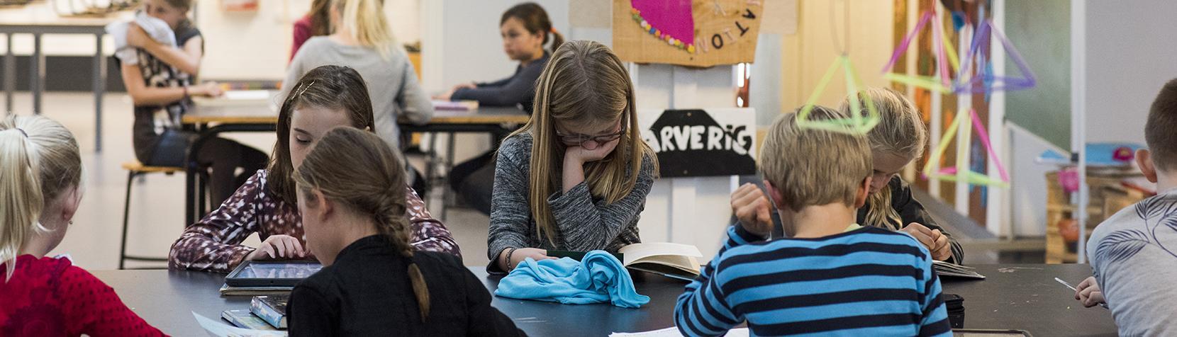 Skolebørn arbejder