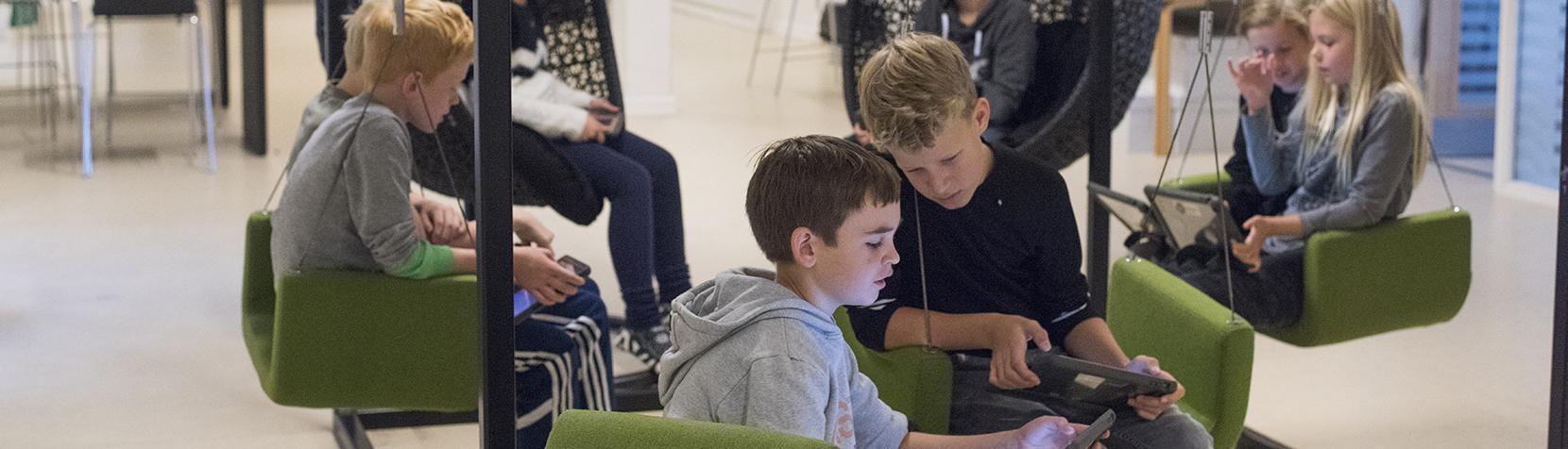 Skolebørn arbejder på iPads