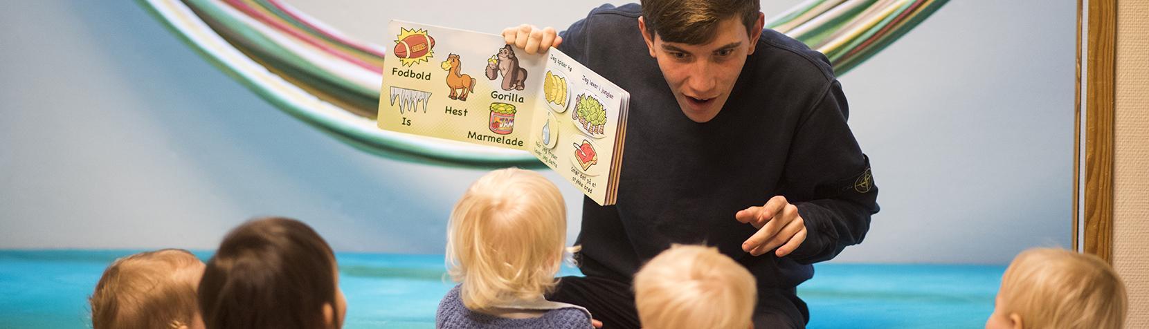 Vuggestuebørn får læst højt