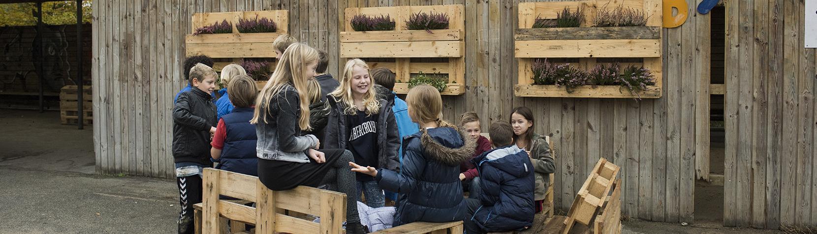 Skolebørn holder frikvarter