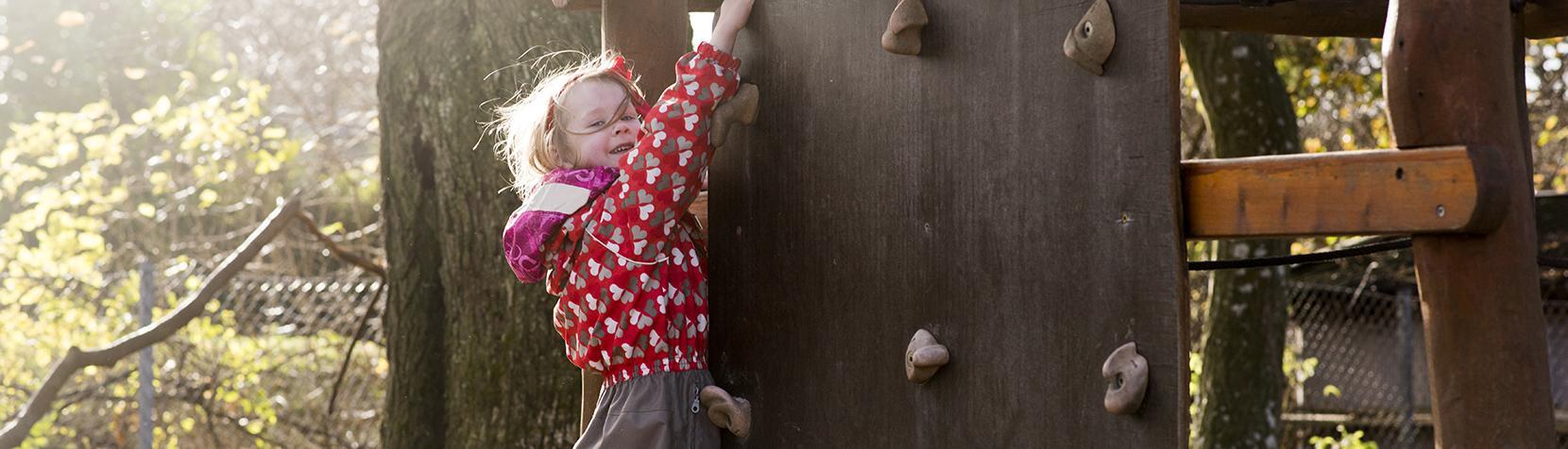 Pige klatrer