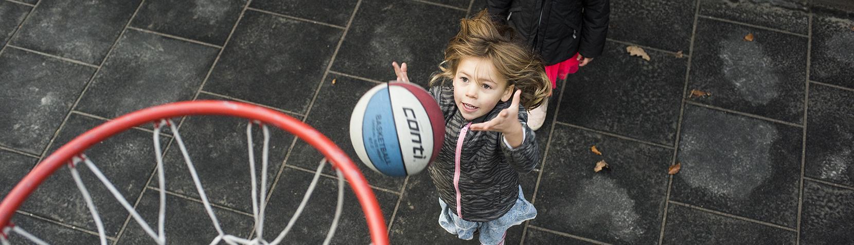 Pige spiller basket ball