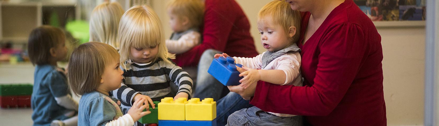 Børn leger med klodser