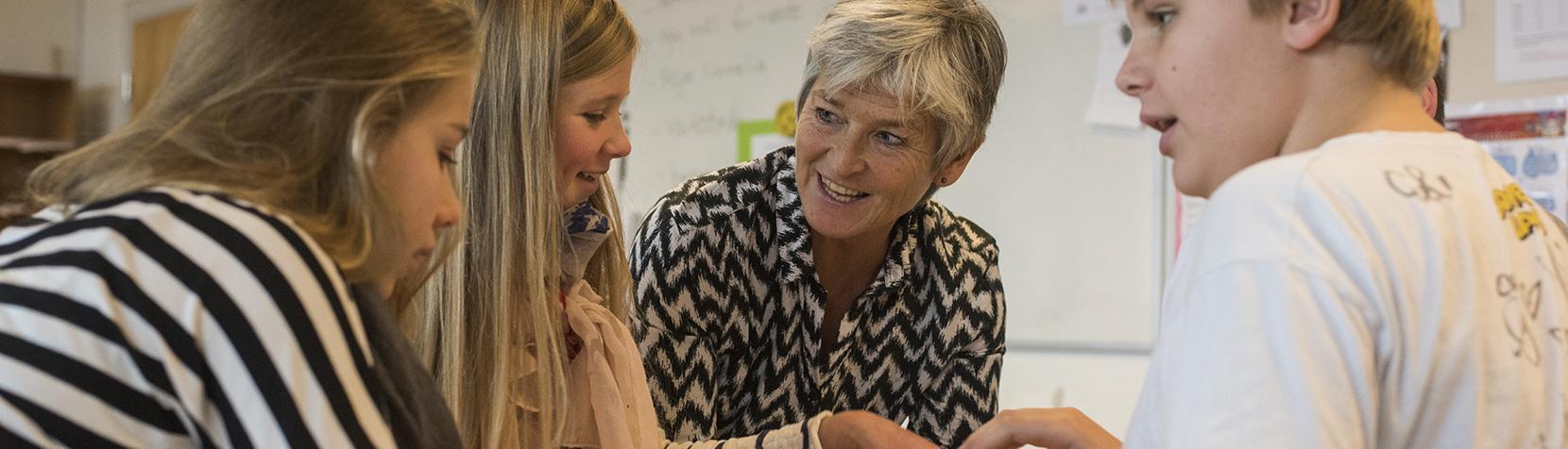 Skolelærer underviser