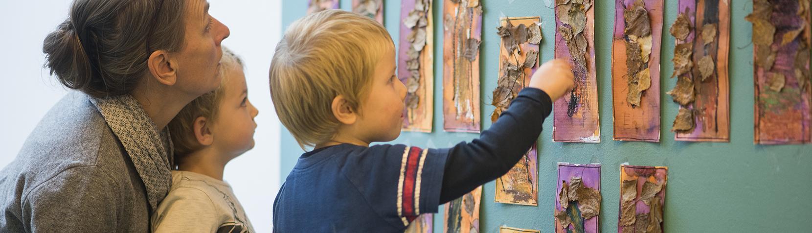 Børn og pædagog kigger på blomstertryk