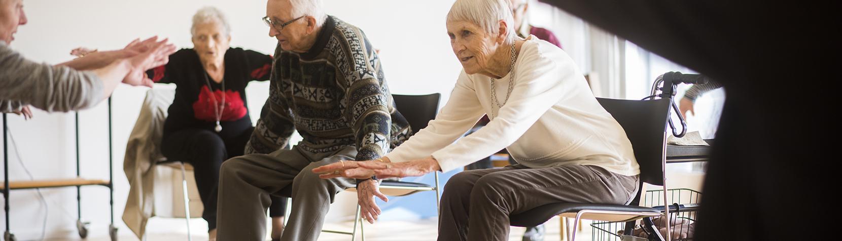 Ældre borgere laver gymnastik