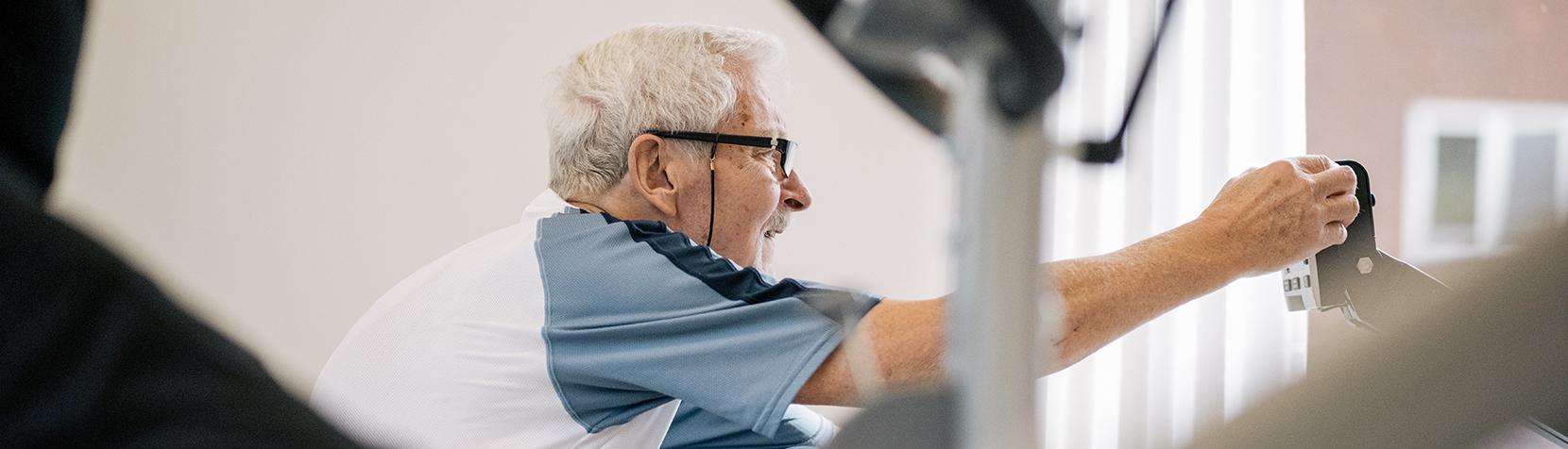 Senior borger træner i træningscenter
