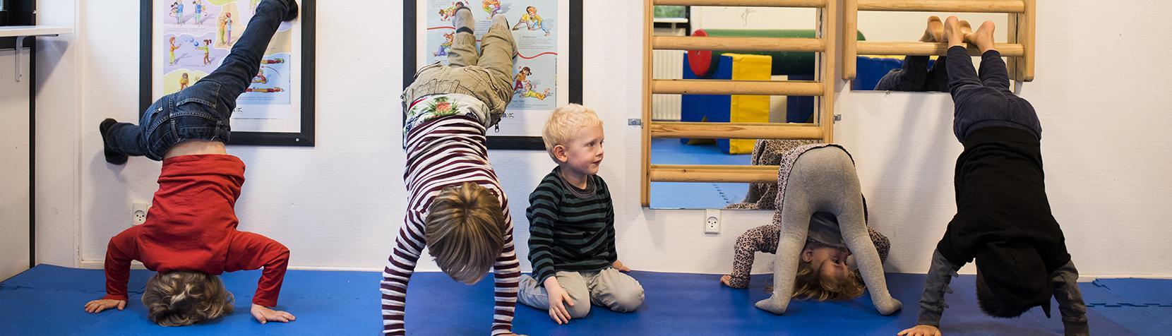 Børn laver gymnastik
