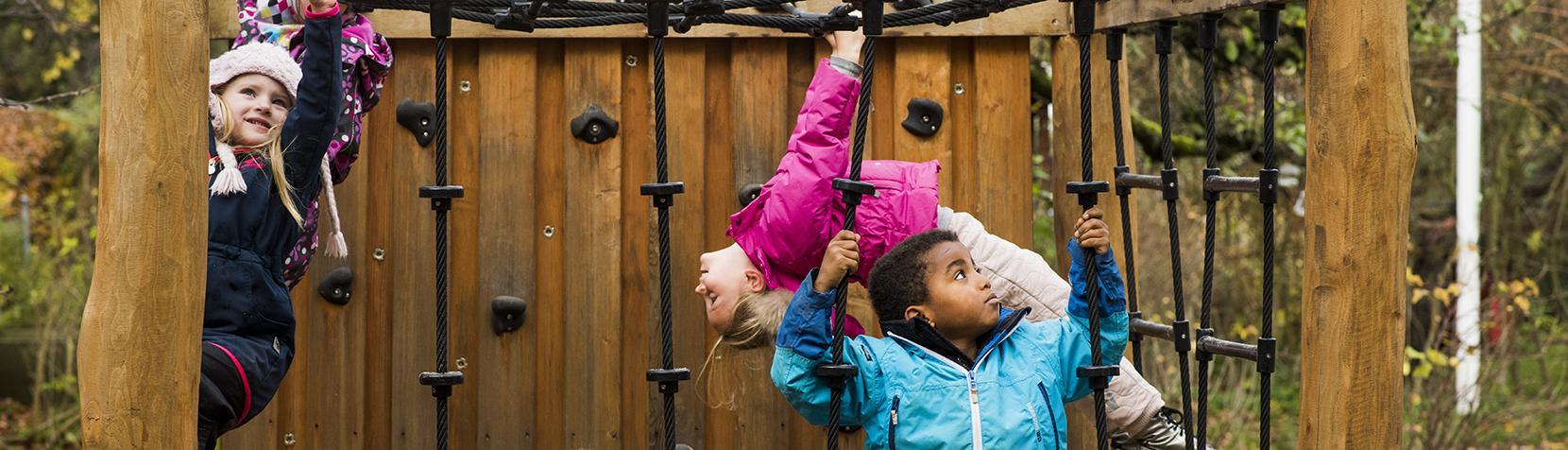 Børn i klatrestativ