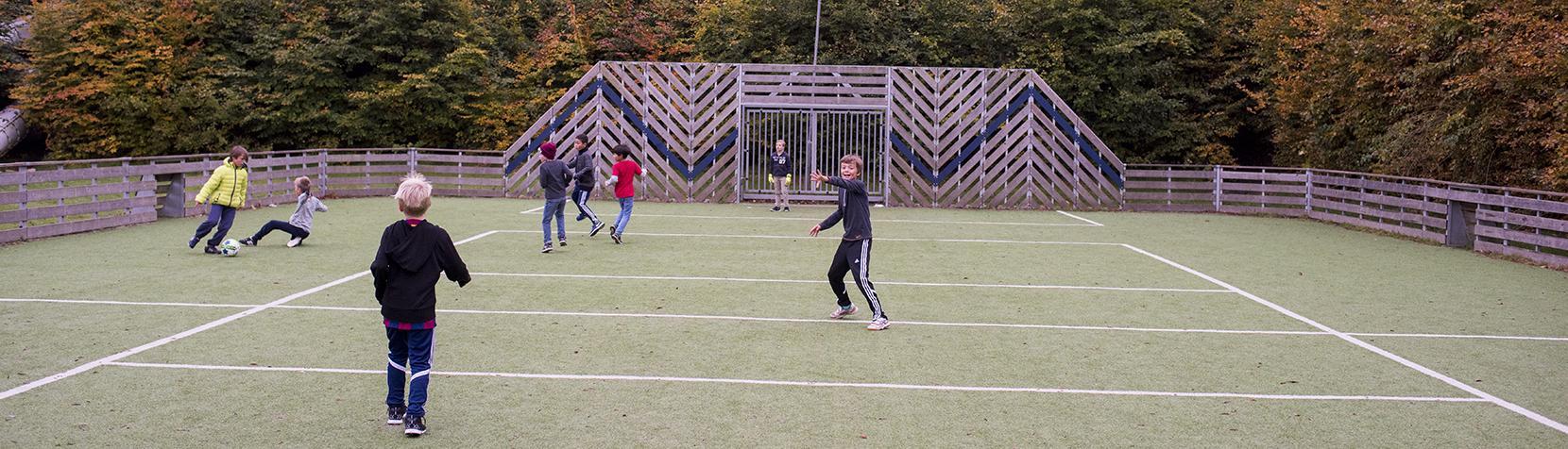 Skoledrenge spiller fodbold