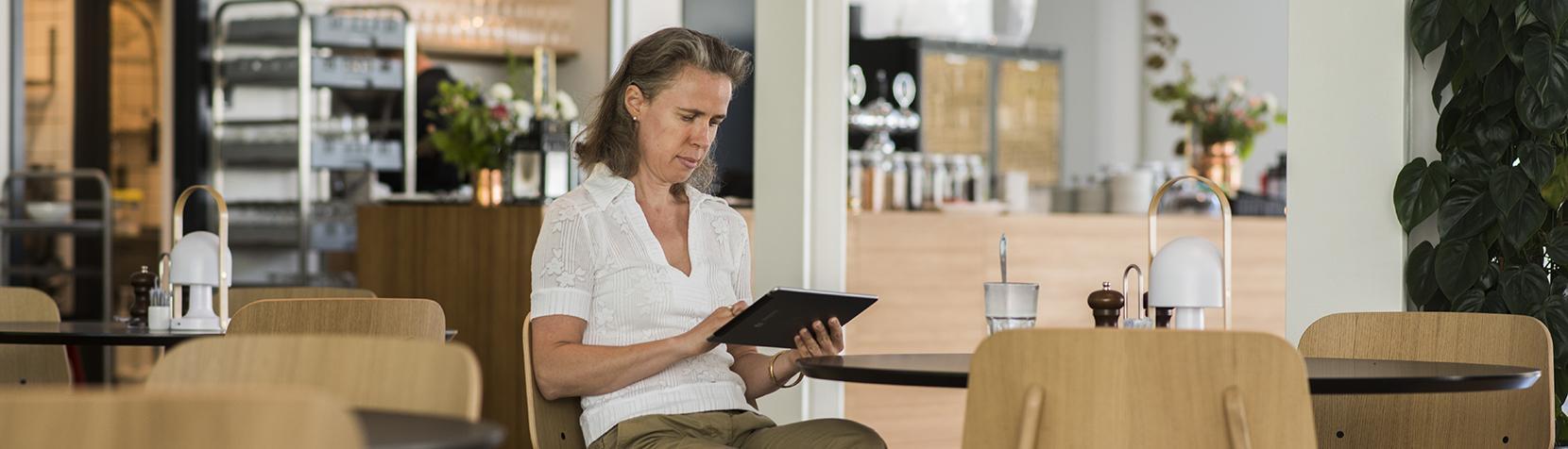 Katrine med iPad i caféen på Mariehøj