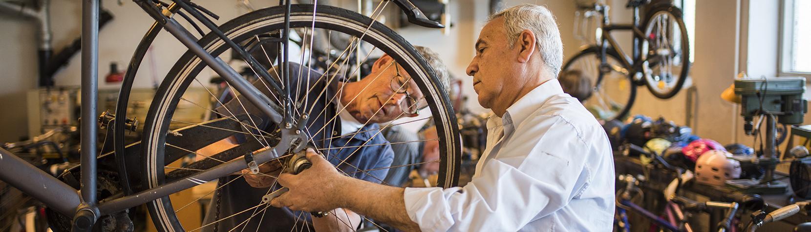Frivillige i cykelværkstedet