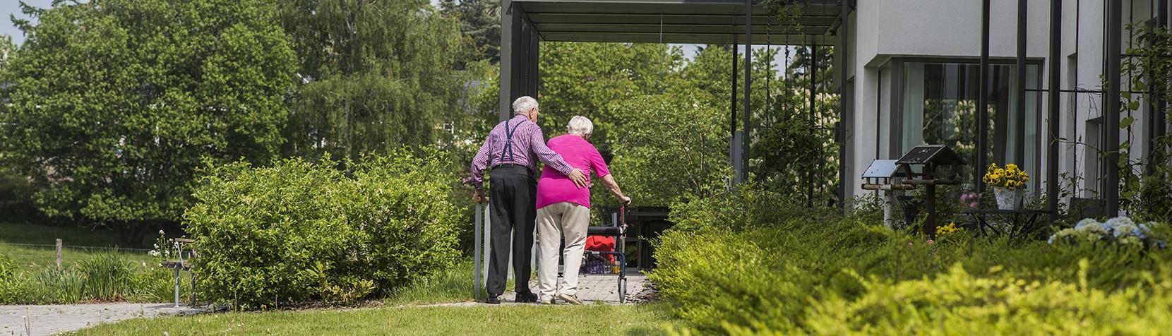 Ældre ægtepar ved bolig med særlig rampe