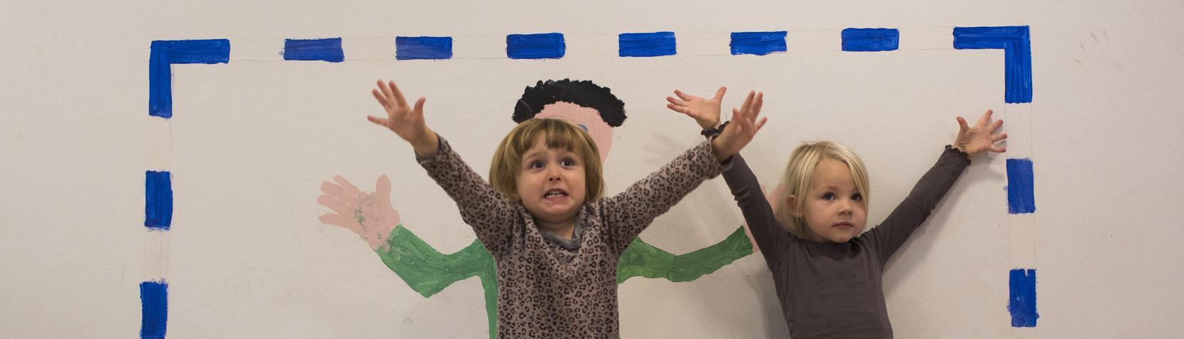 Børn leger i Skovlyhuset