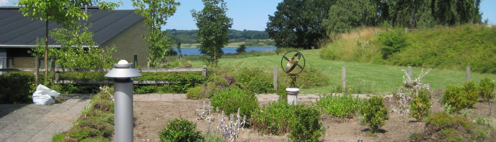 Billedet viser udsigten fra Hus A med søen i baggrunden