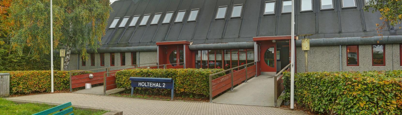 Foto: Holtehallerne - indgang til hal 2 udefra