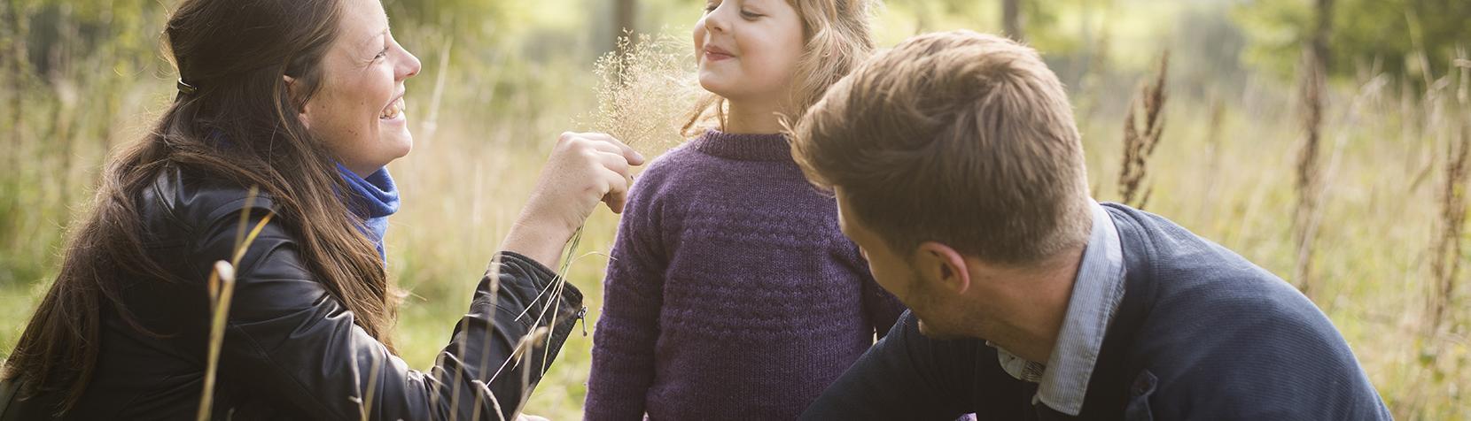 Familie på udflugt i naturen