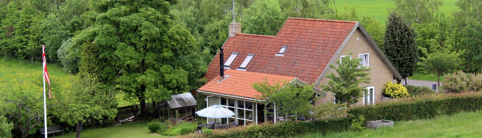 Hus med grønne marker