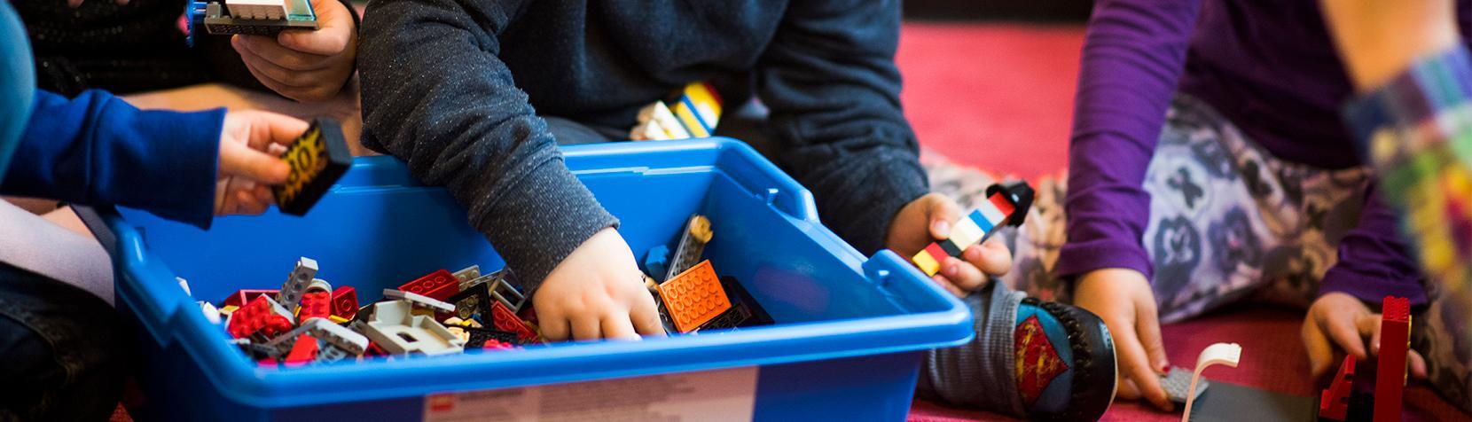 Barn leger med lego