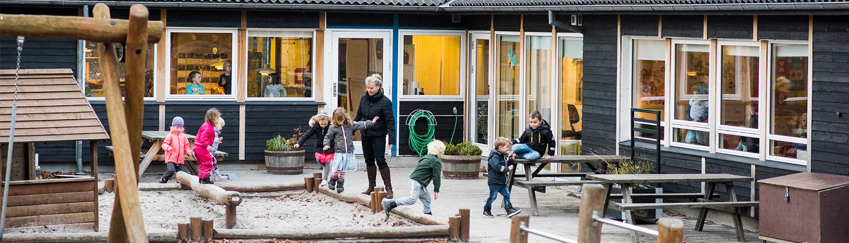 Børn leger på legepladsen i Børnehuset Kejlstruplund