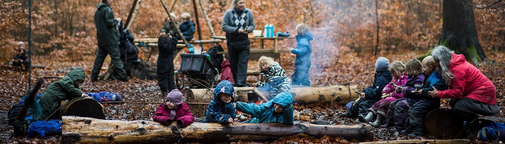 Børn fra Ravneholm i skoven