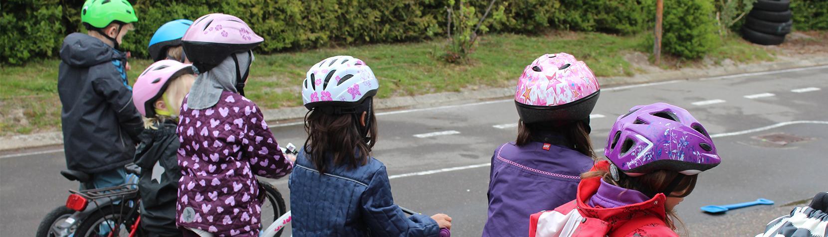 Børn cykler i Børnehuset Stenhøjgårdsvej