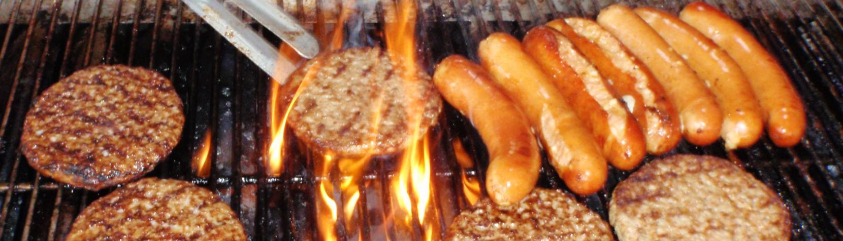 Der grilles burgerbøffer og pølser