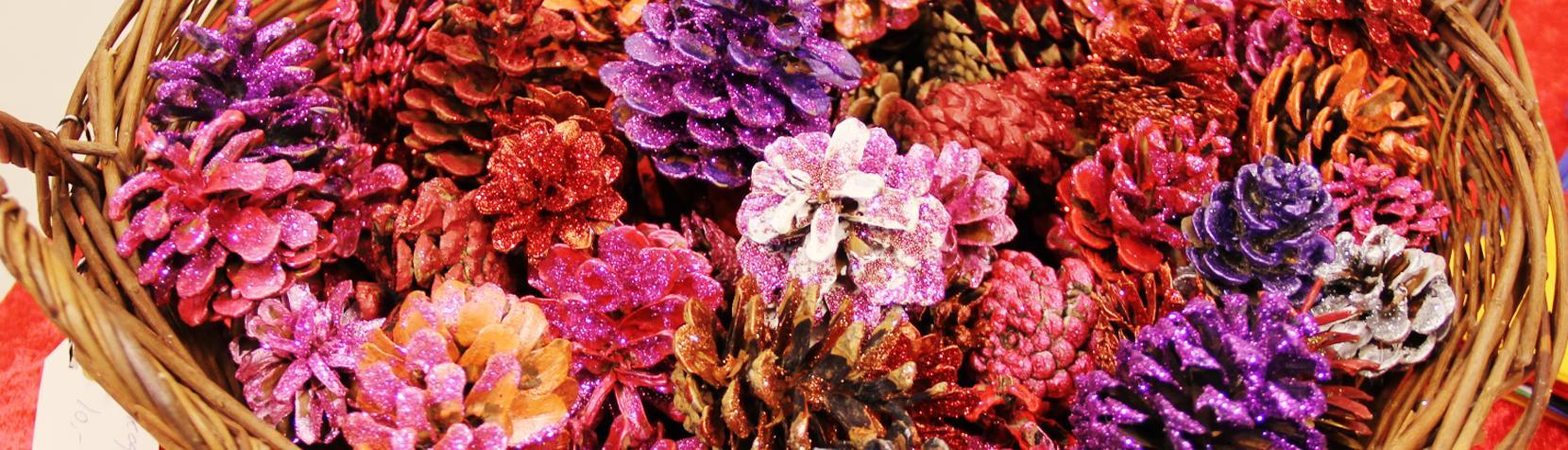 Grankogler dekoreret med maling og glimmer