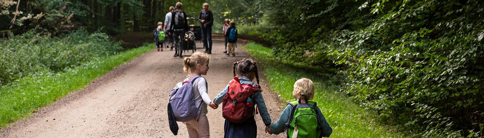 Børn fra Børnehuset Tudsen på vej i skoven