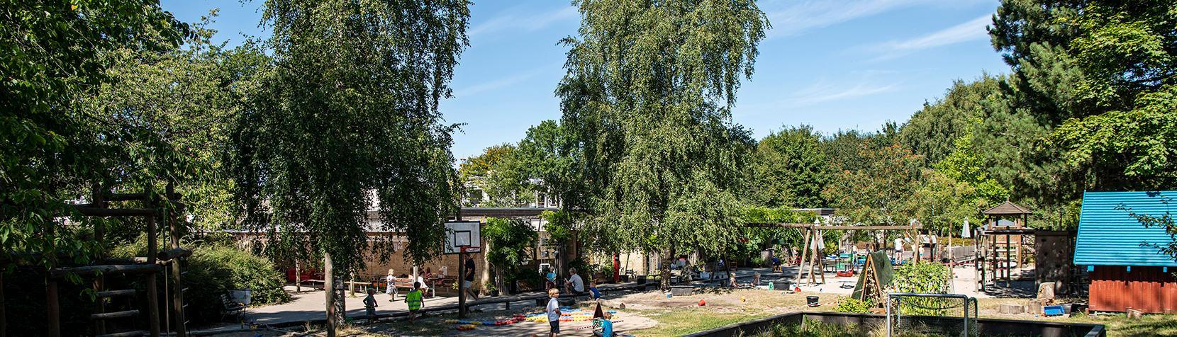 Børnehuset Frederik Clausens Vænge set udefra med legeplads