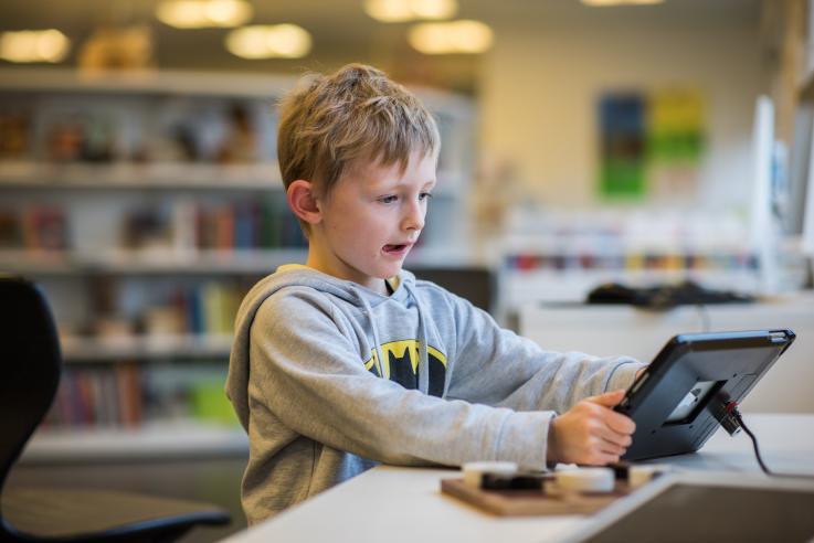 Dreng med iPad