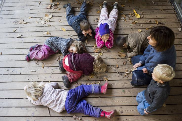 Børn og pædagog i Skovstjernen