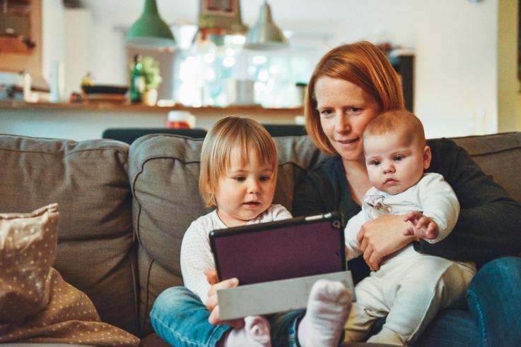 Kvinde med børn i sofa