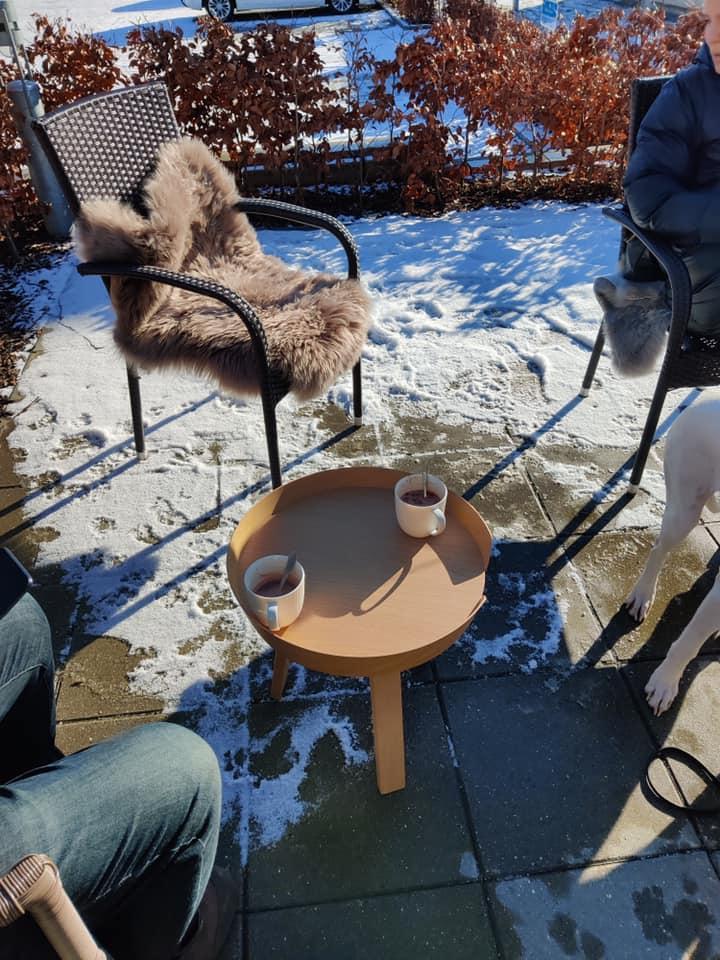 Bål og kaffe samt lammeskind i stolene