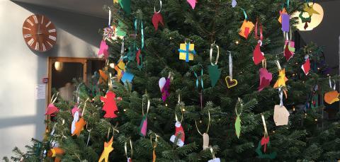 Julepynt på juletræet i forhallen på rådhuset i 2019