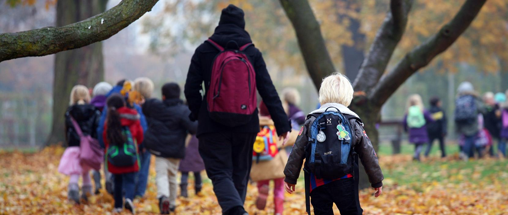 Børn på tur i skoven