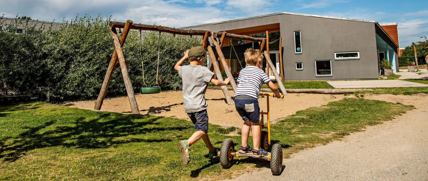 Børnehuset Lyngborg Have og børn der cykler